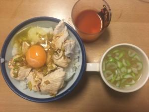 ヘルシー!茹でた鶏胸肉の香味ソース丼スープつき