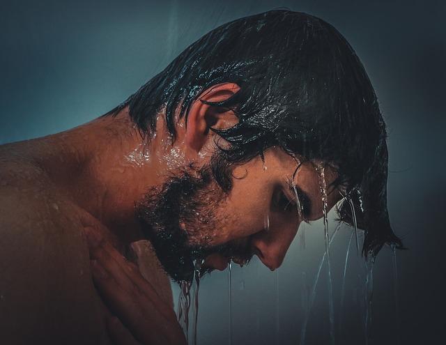 シャワー中の男性