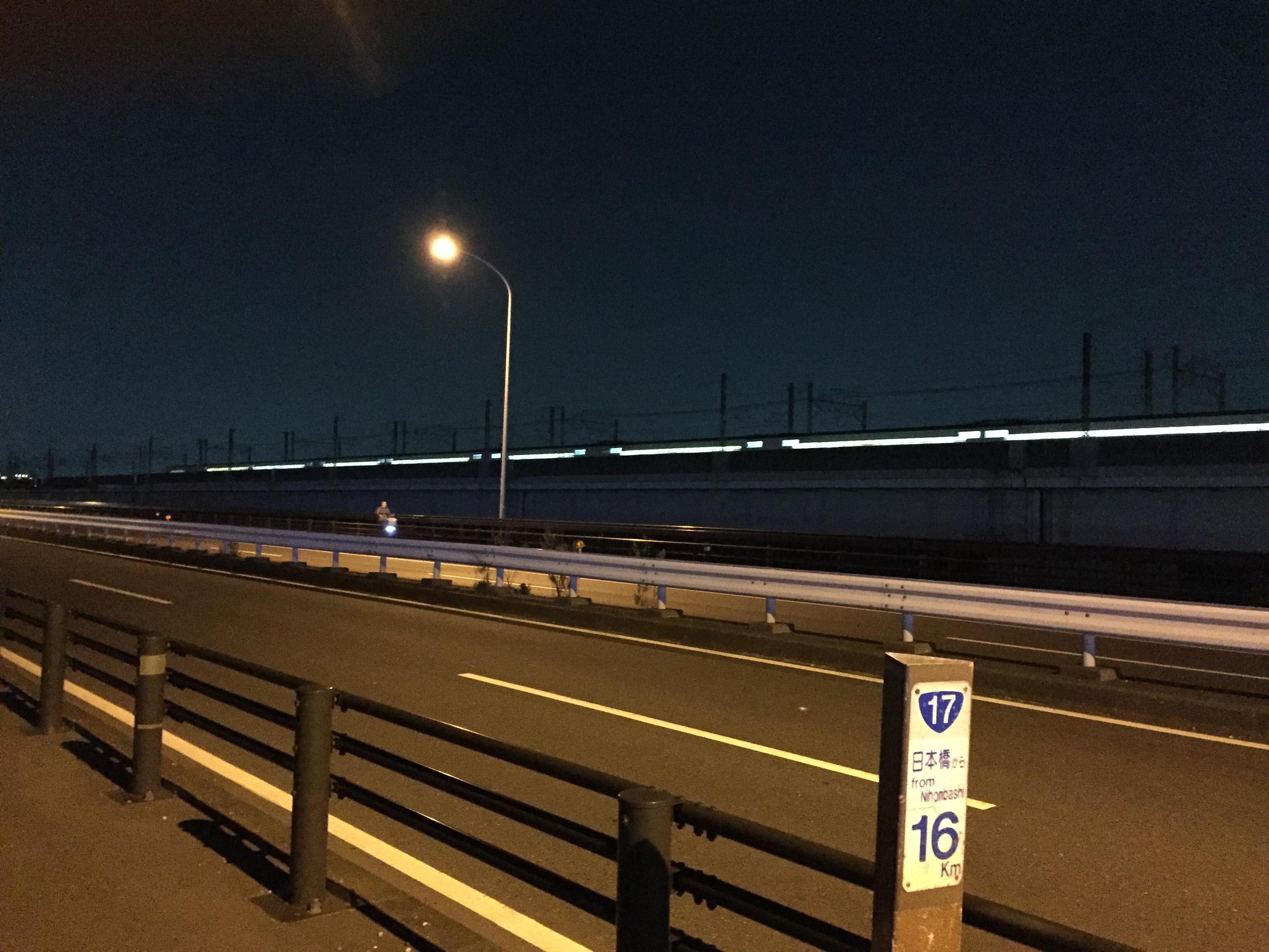 夜の橋の上と街灯